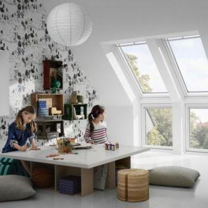 Drewniano-poliuretanowe okna dachowe są bardzo łatwe w czyszczeniu. Nie straszne im ślady po kredkach. Wystarczy je tylko przetrzeć wilgotną szmatką. Fot. Velux