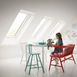 Po remoncie. Dzięki oknom dachowym do wnętrza dociera dużo naturalnego światła. Duże biurko zapewnia miejsce do nauki i zabawy, a pojemne szafki zmieszczą wszystkie dziecięce skarby. Fot. Velux