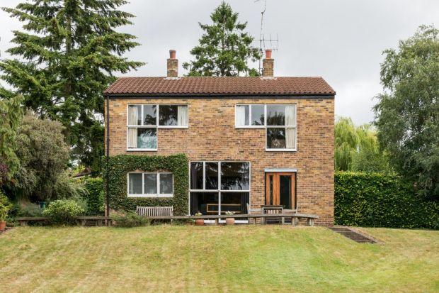 Głównym założeniem projektantów było stworzenie prostego, zwyczajnego domu, nie pozbawionego jednak pierwiastka wyjątkowości. Oto jak prezentuje się dom, którego wartość wyceniono na milion dwieście tysięcy funtów.