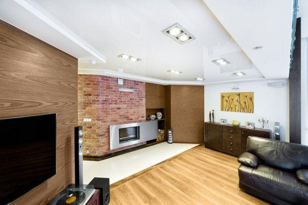 Sufit jest najbardziej eksponowanym elementem salonu, gdyż zajmuje dużą powierzchnię i jest widoczny z każdego miejsca w pomieszczeniu. Mimo to nadal zbyt mało osób poświęca mu wystarczającą uwagę. Jeszcze do niedawna, jego aranżacja ogranicz