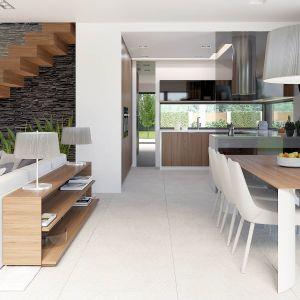 Kuchnia, jadalnia i salon tworzą otwartą przestrzeń dzienną w kształcie litery L. Fot. HomeKONCEPT