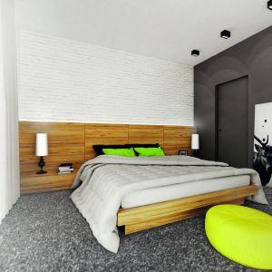 Sypialnia to wyjątkowe połączenie bieli idrewna. Nauwagę zasługuje ceglana okładzina nad zagłówkiem. Ciemnym akcentem jest ściana łącząca sypialnię zgarderobą. Wnętrze ożywiają soczyste dodatki: zielone poduszki icytrynowy puf. Fot. MTM Styl