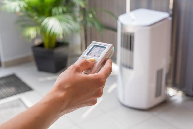 Coraz gorętsze lata, dostępność klimatyzatorów i przystępne koszty inwestycji sprawiają, że z roku na rok coraz więcej osób rozważa możliwość zamontowania w domu klimatyzatora. Według danych Lion's Banku, na podstawie wyliczeń GUS-u z 20