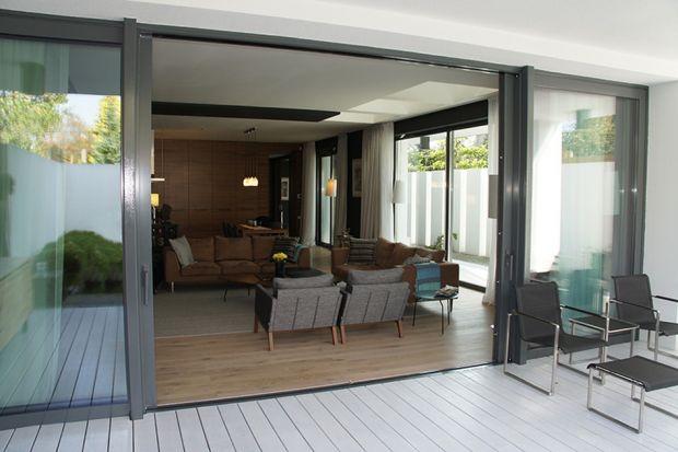 Nowoczesne okna wyposażone są w szereg udogodnień. Z niektórych warto skorzystać, gdyż akcesoria okienne nie tylko dają większy komfort użytkowy, ale także mogą stać na straży energooszczędności domu.