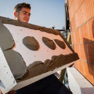 Dobór odpowiednich materiałów do izolacji termicznej to tylko połowa sukcesu. Liczy się także prawidłowy montaż, przeprowadzony przez profesjonalną ekipę budowlaną. Fot. Termo Organika