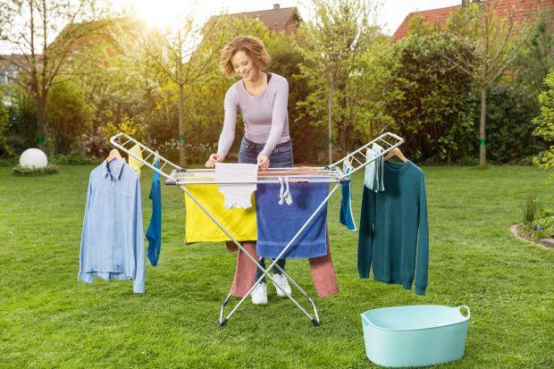 Nieważne, czy jesteś posiadaczem dużego ogrodu, tarasu czy małego balkonu – wystarczy odpowiednia suszarka, by suszyć pranie na świeżym powietrzu. Sprawdź na co zwrócić uwagę wybierając model suszarki na pranie.