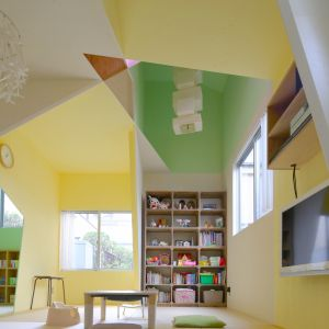 Warto zauważyć, że w punkty przecięcia linii (na granicy przynajmniej 2 różnych kolorów) wpisane s wejścia i otwory drzwiowe, podłogowe i sufitowe.   Fot. Kazuyasu Kochi