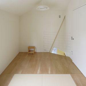 Właściciele domu Ana nie mogli pozwolić sobie na zakup nowej, większej rezydencji, więc zdecydowali się na całkowitą reorganizację wnętrz i wprowadzenie nowego podziału przestrzeni tylko 4 pokoi. Wszystko to z powodu powiększonej rodziny. Fot. Kazuyasu Kochi