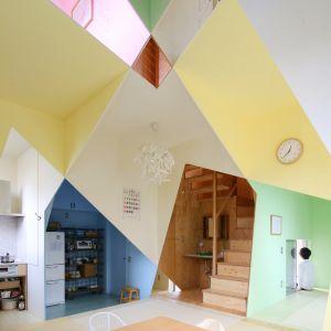 Architekt postanowił użyć aż 4 różnych kolorów aby podkreślić różnicę pomiędzy poszczególnymi kondygnacjami pomieszczeń. W sumie w tym domu wykorzystano 7 różnych kolorów na ścianach i sufitach, aby wytyczyć granicę między każdym pomieszczeniem. Fot. Kazuyasu Kochi