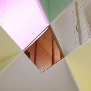 """Dzięki niemu mamy wrażenie że pomieszczenia są wizualnie większe niż nam się zdaje. Architekt wykorzystał też to że dom jest """"wysoki"""". Dlatego też w małych pomieszczeniach kolor ścian przechodzi na sufit, tworząc w ten sposób iluzję, że stają się one objętościowo większe. Fot. Kazuyasu Kochi"""