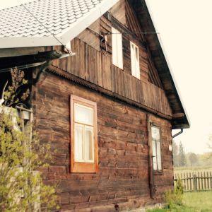 """Ekipa z """"Wióry Lecą"""" odnowiła budynek zlokalizowany w malowniczej miejscowości na Podlasiu. Ten klimatyczny dom to chata z warsztatem, sąsiadująca bezpośrednio z lasem. Podczas warsztatów uczestnicy mieli okazję nie tylko samodzielnie zadbać o elewację obiektu, lecz także skonstruować stół, poznać tajniki renowacji mebli czy tapicerki. Fot. Bondex"""