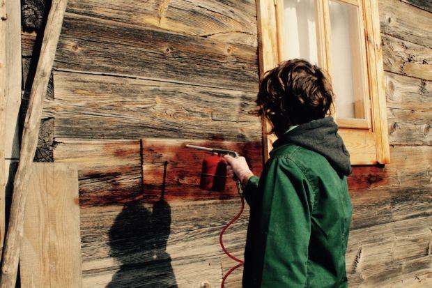 Drewno na elewacji nadaje budynkom wyjątkowy charakter. Jednak aby dom zachował swój naturalny urok, należy zadbać o jego odpowiednią konserwację. Bondex we współpracy z pracownią stolarską Wióry Lecą podjął się renowacji starej elewacji p