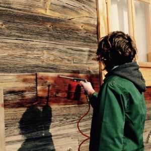 Drewno, które nie było nigdy wcześniej malowane lub malowane bardzo dawno i pozbawione już powłoki, zabezpieczmy przed czynnikami biologicznymi. Fot. Bondex