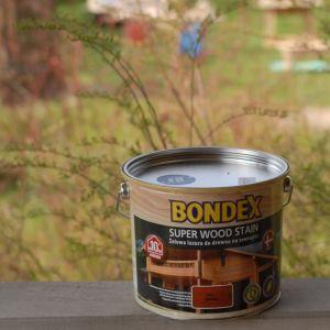 Każdy z produktów dostępny jest w wielu atrakcyjnych kolorach. Jeżeli chcemy uzyskać naturalny efekt, zdecydujmy się na barwę najbardziej zbliżoną do tej naturalnej. Zawarty w preparacie pigment stanowi doskonałą ochronę przed zbyt szybkim szarzeniem powodowanym promieniowaniem słonecznym. Fot. Bondex
