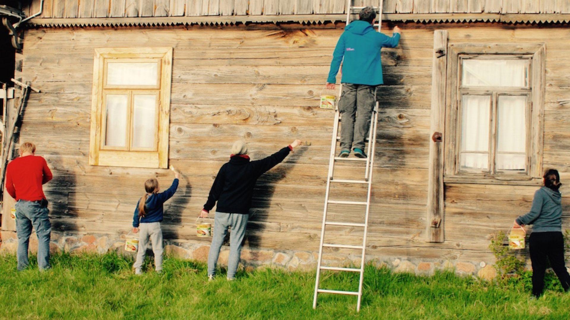 Wystarczy, że użyjemy specjalnej szpachlówki do drewna, aby uzyskać gładką, pozbawioną bruzd powierzchnię. Jeżeli zauważymy przebarwienia, powinniśmy zeszlifować je papierem ściernym.Fot. Bondex