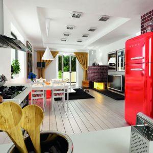 Duże drzwi balkonowe prowadzą z salonu wprost na taras, który w letnie dni będzie naturalnym przedłużeniem strefy dziennej. Fot. Archeco