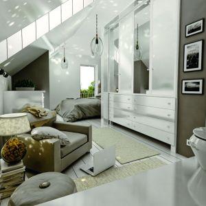 Sypialnia składa się z dwóch funkcjonalnych stref – miejsca odpoczynku ze stylowym łóżkiem i miejsca pracy oraz relaksu, gdzie ustawiono fotel i puf. Dodatkowo wnętrze zdobią ciekawe lampy. Fot. Archeco