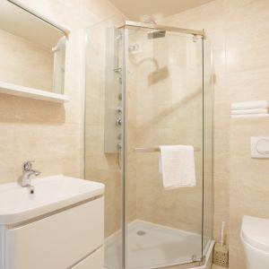 Najmodniejszym rozwiązaniem we współczesnym wnętrzarstwie jest uzyskanie efektu jednolitości przestrzeni poprzez ułożenie takiego samego rodzaju podłóg w całym mieszkaniu. Fot. Ceresit