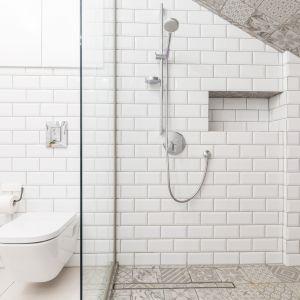 . Na rynku dostępny jest szeroki wybór płytek imitujących deski, które świetnie zdają egzamin w pomieszczeniach narażonych na wilgoć, takich jak kuchnia czy łazienka. Jest to rozwiązanie dla osób, które chcą, aby łazienka stała się przytulnym pokojem, swego rodzaju domowym spa. Fot. Ceresit