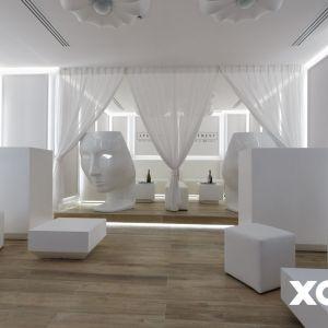 Uwagę przyciąga też biała, półprzezroczysta kotara z udrapowanych firan, wydzielająca niewielką strefę w pomieszczeniu. To specjalna loża, która służy jako dodatkowa intymna przestrzeń tego apartamentu. Fot. Naboo