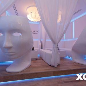 Zaczęło się od pomysłu i pomieszczenia magazynowego w mieszczącym się nieopodal hotelu Sheraton, Placu Trzech Krzyży i Teatru Buffo warszawskim klubie XOXO, którego właściciele postanowili je wykorzystać jako wyjątkową strefę dla gości. Fot. Naboo