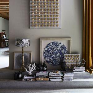 Chociaż złoto kojarzy się przede wszystkim z dawnymi stylami, formy współczesnych, pozłoconych przedmiotów nie mają wiele wspólnego z wzorami sprzed lat, chociaż zdarzają się też projekty bogato zdobione. Fot. Dutchhouse.pl