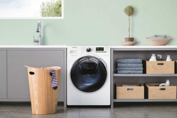 Dodatkowe drzwi w pralkach AddWash to innowacyjne rozwiązanie marki Samsung, które zostało stworzone w odpowiedzi na oczekiwania ceniących swój czas i pieniądze konsumentów. Dzięki nim możemy dorzucić zapomniane ubrania po uruchomieniu pralki, a