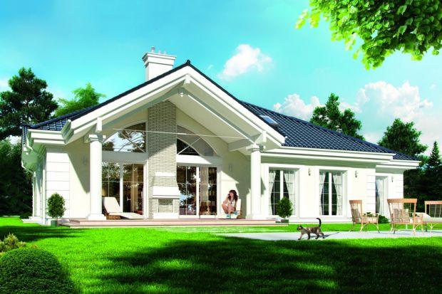 Zobacz projekt stylowej willi jednorodzinnej, przeznaczonej dla 4-5-osobowej rodziny, parterowej, zniewielkim poddaszem użytkowym. Rozłożysta bryła domu przykryta wielospadowym dachem łączy główną bryłę, oraz dobudowany garaż od frontu idu