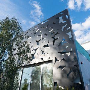 Rezydencja wyróżnia się elewacją, wykonaną z aluminiowej płyty kompozytowej, ozdobioną regularnym motywem kwiatów. Fot. Cameron McNall