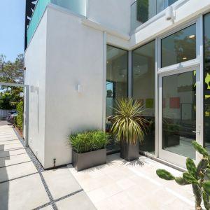 Dom jest pokryty aluminiowym materiałem kompozytowym (ACM), którego wzór został zaprojektowany w CAD i wycięty przy użyciu technologii CNC. Fot. Cameron McNall