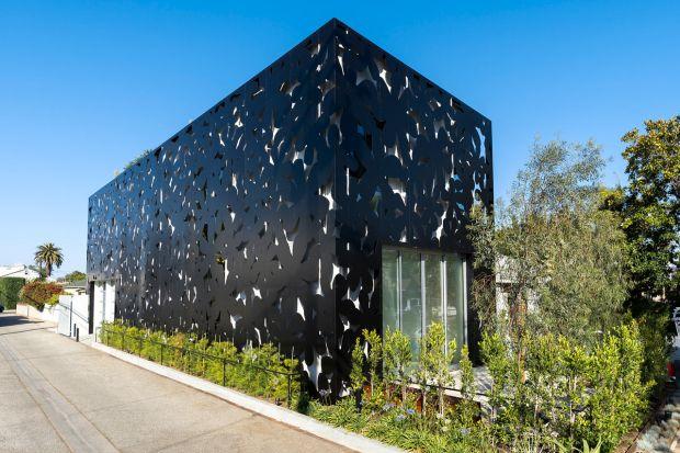 Rezydencja 4016 Tivoli położona jest w kalifornijskiej Wenecji. Wyróżnia się ona elewacją, wykonaną z aluminiowej płyty kompozytowej, ozdobioną regularnym motywem kwiatów. Amerykański architekt, Cameron McNall przy jej projektowaniu zainspirowa