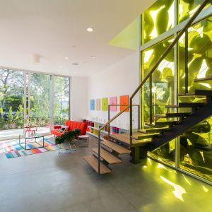 """Elewacja w kwiaty """"rzuca"""" designerskie cienie wewnątrz domu. Fot. Cameron McNall"""