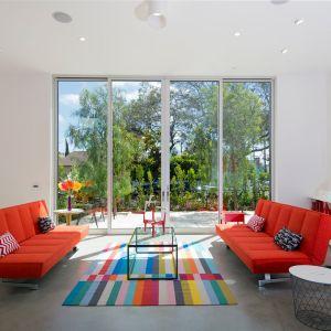 Kolory aranżujące wnętrza domu zostały wybrane z myślą o jego rodzinie i życiowych przeżyciach, które odzwierciedlają jego miłość do sztuki i pasję projektowania. Fot. Cameron McNall