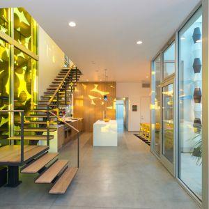 Zastosowano podwójne szyby i termoizolacyjne drzwi. Wnętrza dom oświetlają ekologiczne lampy LED. Fot. Cameron McNall