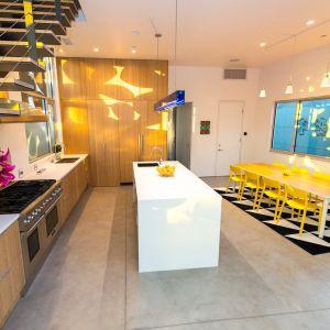 Wnętrza rezydencji pełne są  wyrazistych, jaskrawych i kolorowych akcentów, które ożywiają przestrzeń użytkową. Fot. Cameron McNall