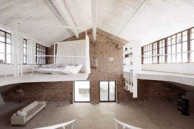 """Otwarte wnętrza loftu """"wyrzeźbione"""" z surowego betonu"""