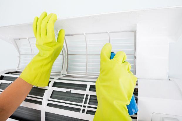 Klimatyzatory podobnie jak inne urządzenia wymagają konserwacji i czyszczenia. Regularne przeglądy wpływają na wydajność klimatyzacji, a pośrednio też na nasze zdrowe. Podpowiadamy, jakie czynności możemy wykonać samodzielnie, a co lepiej powi