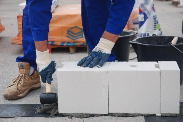 Bez względu na to, w jaki sposób murowane będą przegrody, pierwszą warstwę układa się na tradycyjnej zaprawie cementowej (stosunek cementu do piasku 1:3). Pozwala ona bowiem na skorygowanie nierówności i odchyleń, jakie mogły pojawić się na