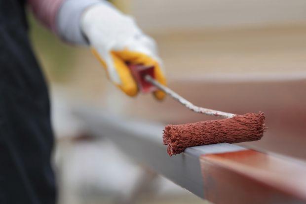 Metalowe ogrodzenie – wykonane ze stali, żelaza bądź żeliwa – cenione jest za trwałość i estetyczny wygląd. Jednak jak każdy przedmiot narażony na działanie czynników atmosferycznych, wymaga konserwacji. O tym, jak przeprowadzić ten proce