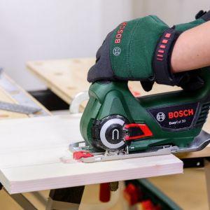 Za pomocą piły EasyCut 50 wytnij z drewna kwadrat o wymiarach 25 cm x 25 cm i oszlifuj krawędzie, używając narzędzia wielofunkcyjnego AdvancedMulti 18. Ołówkiem narysuj na materiale przekątne, aby ustalić punkt środkowy. Fot. Bosch