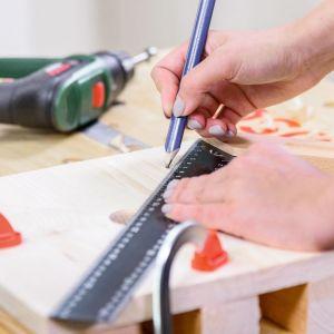 Odmierz odległość 7 cm od każdego narożnika i zaznacz punkty otworów na kieliszki – rozmiar otworów może być różny w zależności od średnicy nóżki kieliszka. Fot. Bosch