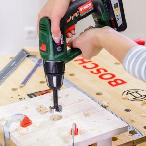 Użyj wiertarko-wkrętarki PSR 18 LI-2 Ergonomic i wiertła sednik 32 mm do wywiercenia otworu w zaznaczonym punkcie środkowym (ustaw narzędzie na drugi bieg). Wywierć otwór przelotowy, aż wiertło wejdzie w drewniany bloczek podłożony pod materiał. Fot. Bosch