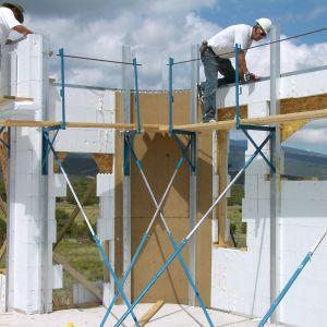 Bardzo istotny przy projektowaniu i wznoszeniu energooszczędnych i pasywnych obiektów budowlanych jest wybranie takiej technologii budowania, która zapewni nie tylko wysoką izolacyjność ciepną, ale też i szczelność przegród budowlanych. Przy odpowiedniej konfiguracji paneli o różnej grubości oraz długości klamr wznoszona ściana w systemie Quad-Lock może uzyskać współczynnik przenikania ciepła (U) od 0,28 W/m2K do 0,06 W/m2K. Fot. Quad-Lock