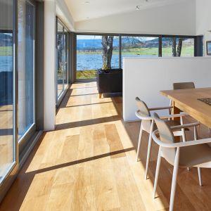 Do nowoczesnych domów idealnie pasują okna, w których zastosowano ramy o prostych, wyraźnie zarysowanych krawędziach oraz gładkiej, pozbawionej zdobień powierzchni. Fot. Sokółka Okna i Drzwi