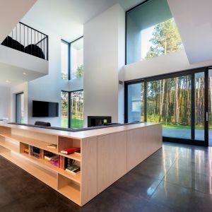 W domach tradycyjnych zazwyczaj stosuje się ramy w kolorach średniego i ciemnego brązu.  Takie wybarwienie drewna tworzy we wnętrzach ciepłą i przytulną atmosferę. Fot. Sokółka Okna i Drzwi