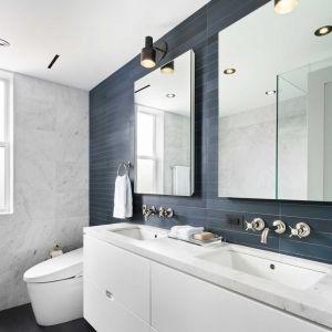 Nowoczesna łazienka, w czarno-białej stylistyce. Fot. Amanda Kirkpatrick