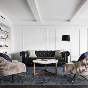 A ci zapragnęli bardziej nowoczesnego otwartego planu pomieszczeń, jednocześnie zachowując te najbardziej charakterystyczne, przedwojenne akcenty. Fot. Amanda Kirkpatrick
