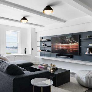 Z okien tego klasycznego, przedwojennego apartamentu rozpościerają się wspaniałe widoki na Hudson River Park. Sam apartament jest położony niedaleko stylowego Manhattanu w Nowym Jorku. Fot. Amanda Kirkpatrick