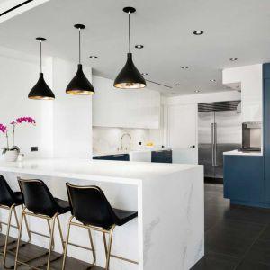 Kuchnie wyróżnia otwarty plan jasne przejrzyste wnętrza. Akcentu nadają lakierowane meble kuchenne o charakterystycznej głębokim, ciemnoniebieskim kolorze. Fot. Amanda Kirkpatrick