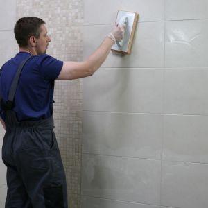 Świadomy wybór koloru płytek w łazience jest niezwykle ważny, ponieważ jeśli zdecydujemy się na ułożenie ich również na ścianach, mocniejsze, wyrazistsze kolory mogą zdominować przestrzeń. Fot. Ceresit